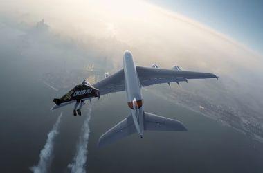 Экстремалы с реактивными ранцами полетали вокруг пассажирского самолета