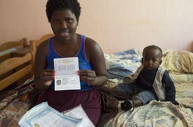 Ксенофобский скандал в Ужгороде: после долгих страданий африканка получила деньги и документы для ребенка