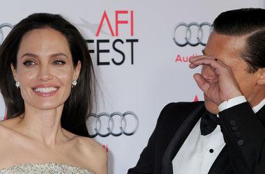 Истощенная Джоли ослепила платьем с кристаллами