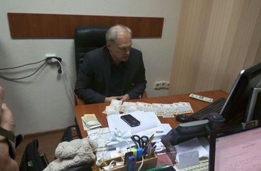 Под Киевом на крупной взятке задержали налоговика