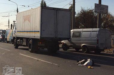 В Харькове грузовик насмерть сбил пешехода (18+)