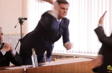 В Каховке на сессии горсовета нардеп избил оппонента палкой колбасы