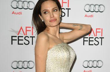 Анджелина Джоли в колготках в сеточку и боди снялась в черно-белой фотосессии (фото)
