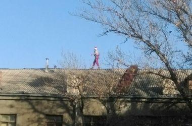 """По крышам в центре Харькова разгуливает """"Санта"""""""