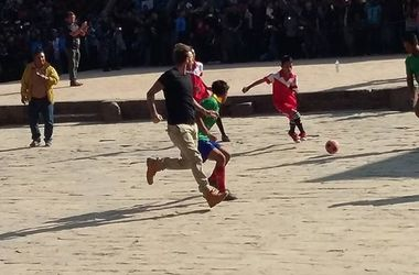 Дэвид Бекхэм сыграл в футбол с непальскими школьниками