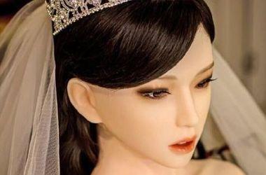 Больной раком китаец женился на сексуальной кукле