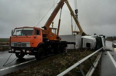 """На трассе """"Киев-Одесса"""" перевернулся грузовик и перекрыл движение"""