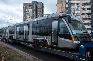 В Киев привезли современный трамвай из Львова