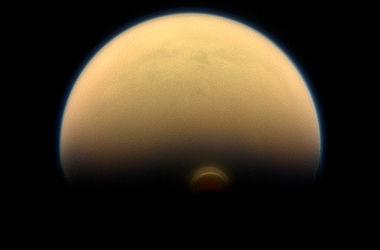 Спутник Сатурна накрыло облако-монстр