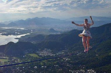 Поразительное видео: девушка на каблуках прошлась по канату на огромной высоте