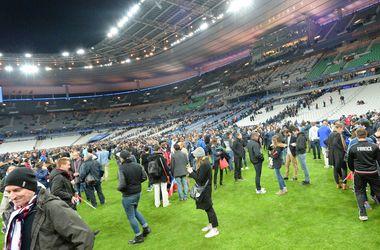 В Париже зрителей не выпускали со стадиона: толпа вышла на футбольное поле
