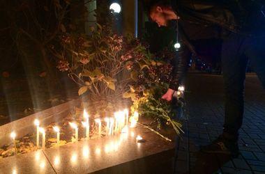 Украинцы принесли свечи и цветы к посольству Франции в Киеве