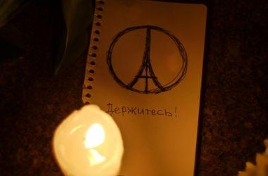 Киевляне всю ночь несли к посольству Франции свечи и цветы