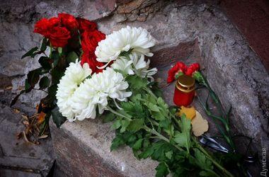 Одесситы несут цветы к французскому культурному центру