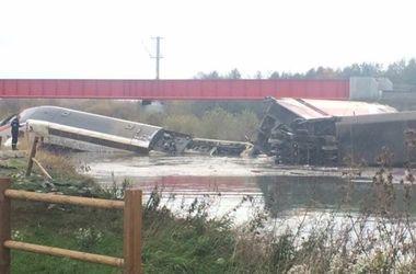 Во Франции скоростной поезд упал в реку, есть жертвы