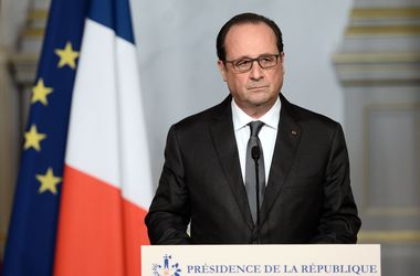 Олланд срочно созвал силовиков после терактов в Париже