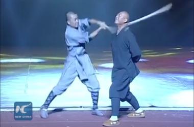 Видеохит: шаолиньский монах ломает палки шеей