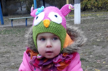 Улыбки малышей: двухлетняя Ева ходит на рисование и умеет пробираться в интернет