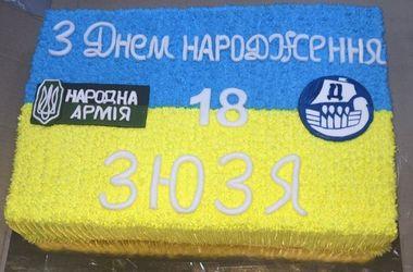 """Футболисту """"Днепра"""" Роману Зозуле на день рождения подарили торт в цветах украинского флага"""