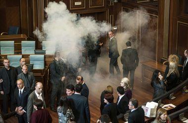 Оппозиция продолжает травить газом парламент Косово