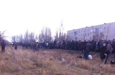Шокирующие кадры: огромные очереди на Донбассе
