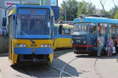 В Киеве трамвай травмировал пассажира