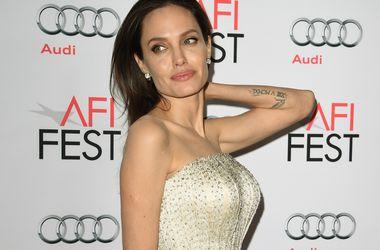 Врачи не разрешили Анджелине Джоли увеличить грудь