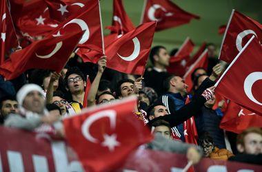 """Турецкие фанаты скандировали """"Аллаху акбар"""" во время минуты молчания в память жертв теракта в Париже"""