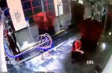 Работника автомойки намотало на моечную щетку