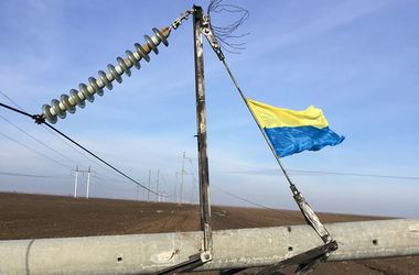На границе Крыма подорвали электроопоры и водрузили флаг