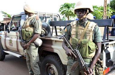 На территорию отеля в Мали боевики заехали на авто с дипломатическими номерами