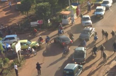 Заложник опубликовал видео из захваченного террористами отеля в Мали