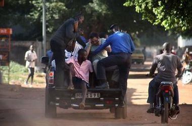 Атака террористов на отель в Мали: почти половина заложников освобождена