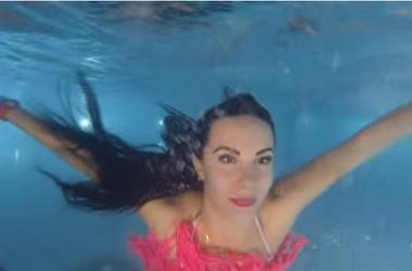 Сексуальная полицейская в соблазнительном купальнике показала, как ныряла в бассейне
