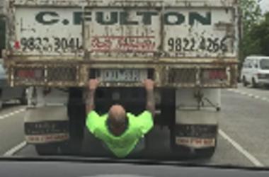 Для заскучавшего водителя грузовик превратился в тренажер