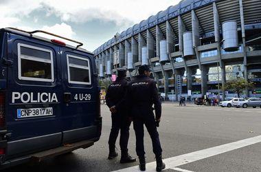 """Полиция проверяет люки вокруг стадиона перед """"Эль-Класико"""" в Мадриде"""