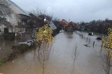 На Закарпатье подтопленными остаются десятки домов