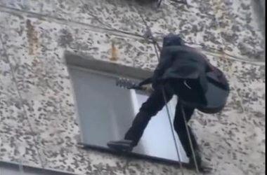 """""""Небесная"""" любовь: парень спустился с крыши 9-этажа, чтобы сделать предложение"""