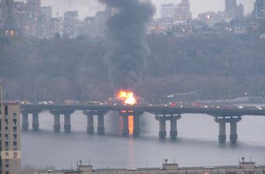В Киеве на Днепре дотла сгорел плавучий ресторан (обновлено)