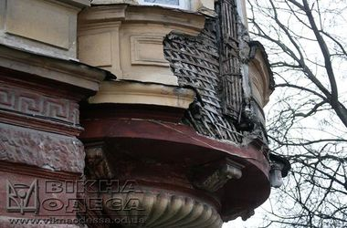 В центре Одессы на тротуар обвалился фасад памятника архитектуры