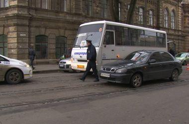 В центре Одессы под колесами маршрутки погибла женщина