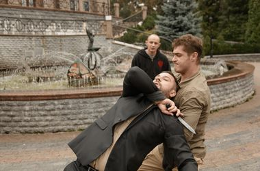 <p><span>Экшн. Эту сцену снимали возле Кукольного театра, над Европейской площадью.</span></p>