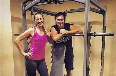Артем Милевский тренируется с баскетболисткой