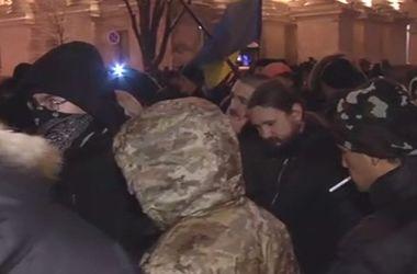 Неизвестные устроили погром на улице Десятинной возле офиса СКМ