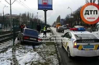В Киеве легковушка врезалась в забор скоростного трамвая