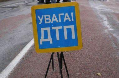 """В Киеве микроавтобус протаранил """"легковушку"""", водителя увезла """"скорая помощь"""""""