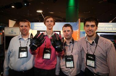 Молодые гении страны управляют чудо-подушкой через смартфон и говорят перчатками с глухонемыми