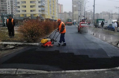 Как в Киеве на Троещине ремонтируют тротуары