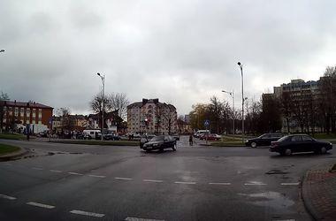 Видеохит: во время поворота пассажир выпал из машины