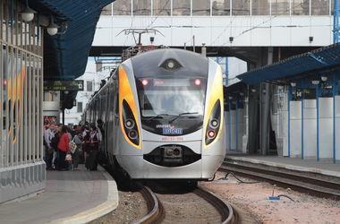 """С 13 декабря """"Укрзализныця"""" запускает 53 пары новых ночных поездов (список)"""